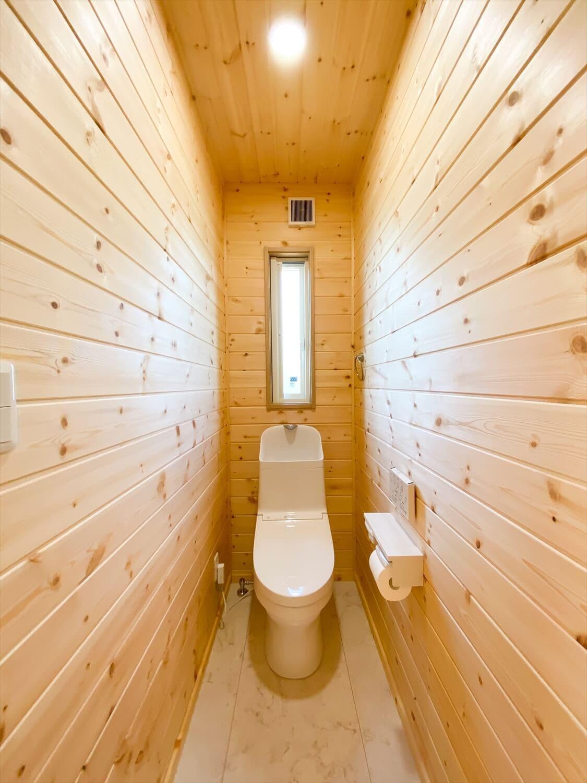 薪ストーブと暮らすログハウス風二階建てのトイレ|利根町の注文住宅,ログハウスのような木の家を低価格で建てるならエイ・ワン