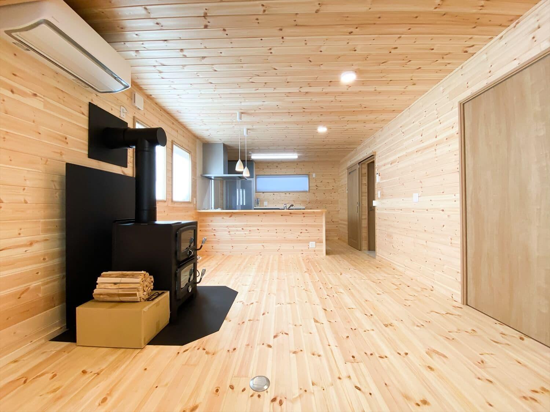 薪ストーブと暮らすログハウス風二階建てのリビング|利根町の注文住宅,ログハウスのような木の家を低価格で建てるならエイ・ワン