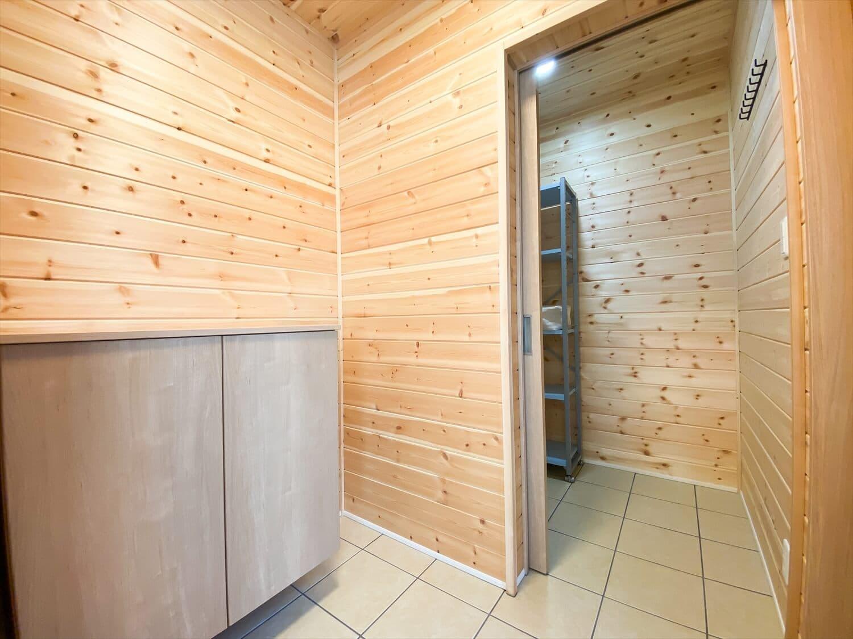 薪ストーブと暮らすログハウス風二階建てのシューズインクローク|利根町の注文住宅,ログハウスのような木の家を低価格で建てるならエイ・ワン