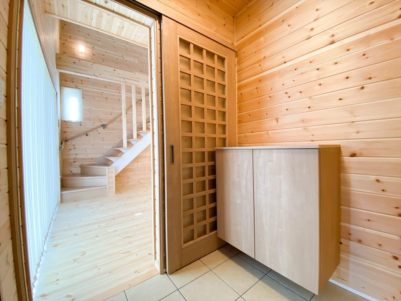 薪ストーブと暮らすログハウス風二階建ての玄関|利根町の注文住宅,ログハウスのような木の家を低価格で建てるならエイ・ワン