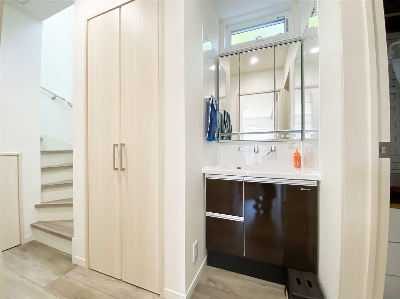 無駄のない長期優良住宅の二階建ての洗面台|行方市の注文住宅,ログハウスのような木の家を低価格で建てるならエイ・ワン