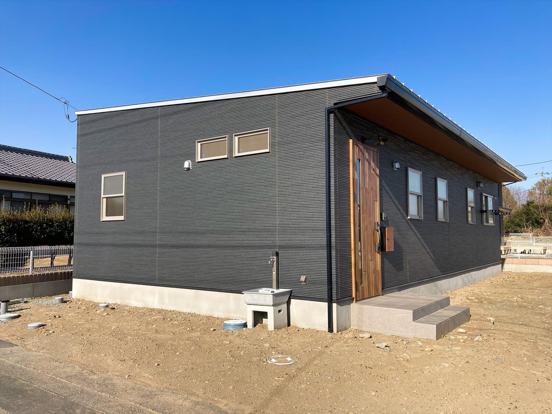 家族のプライバシーを大切にした平屋の外観|前橋市の注文住宅,ログハウスのような木の家を低価格で建てるならエイ・ワン