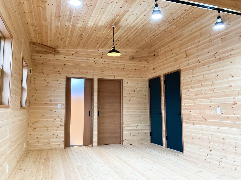 家族のプライバシーを大切にした平屋のリビング|前橋市の注文住宅,ログハウスのような木の家を低価格で建てるならエイ・ワン