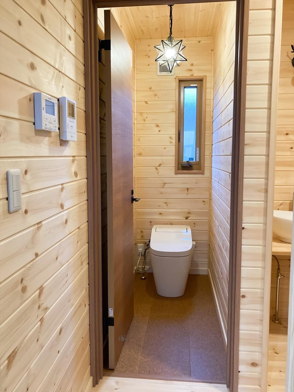 家族のプライバシーを大切にした平屋のトイレ|前橋市の注文住宅,ログハウスのような木の家を低価格で建てるならエイ・ワン