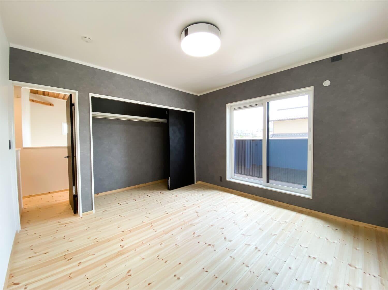 性能とデザインを追い求めたZEH仕様のクールな二階建ての寝室|石岡市の注文住宅,ログハウスのような木の家を低価格で建てるならエイ・ワン