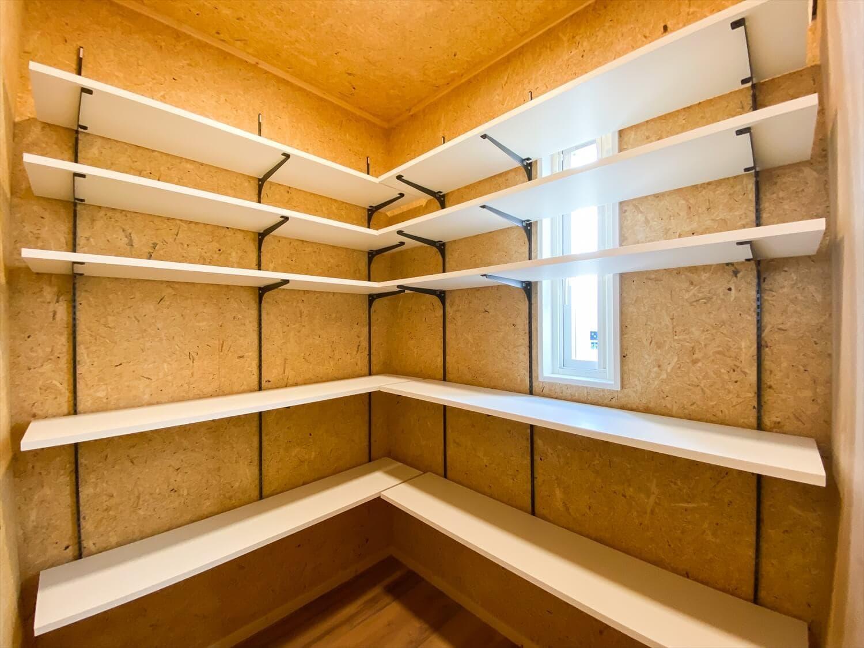 性能とデザインを追い求めたZEH仕様のクールな二階建ての造作棚|石岡市の注文住宅,ログハウスのような木の家を低価格で建てるならエイ・ワン