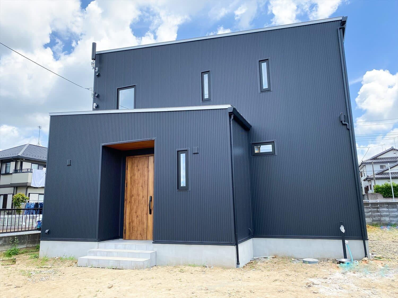 性能とデザインを追い求めたZEH仕様のクールな二階建ての外観|石岡市の注文住宅,ログハウスのような木の家を低価格で建てるならエイ・ワン