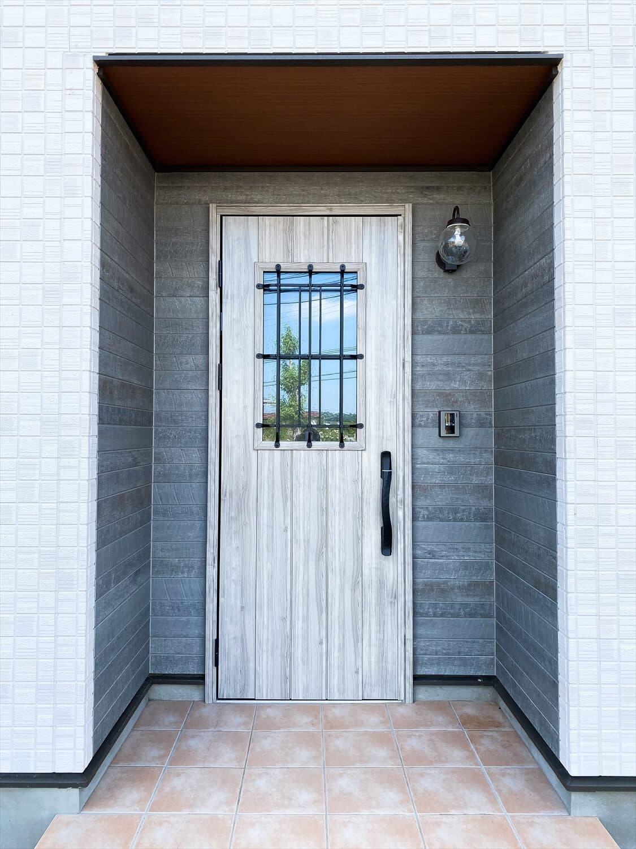 ヒバ無垢材の香り満ちるZEH仕様の二階建てのポーチ 水戸市の注文住宅,ログハウスのような木の家を低価格で建てるならエイ・ワン