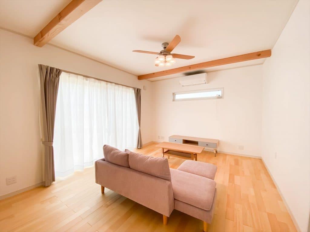 ヒバ無垢材の香り満ちるZEH仕様の二階建てのリビング|水戸市の注文住宅,ログハウスのような木の家を低価格で建てるならエイ・ワン