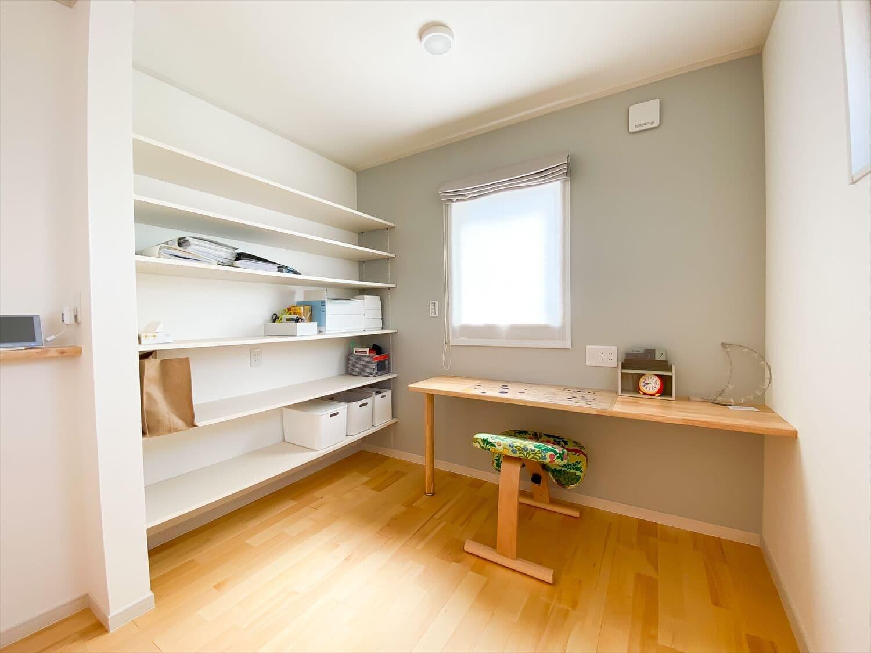 ヒバ無垢材の香り満ちるZEH仕様の二階建てのスタディスペース 水戸市の注文住宅,ログハウスのような木の家を低価格で建てるならエイ・ワン