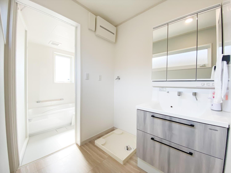 ヒバ無垢材の香り満ちるZEH仕様の二階建ての洗面脱衣室 水戸市の注文住宅,ログハウスのような木の家を低価格で建てるならエイ・ワン