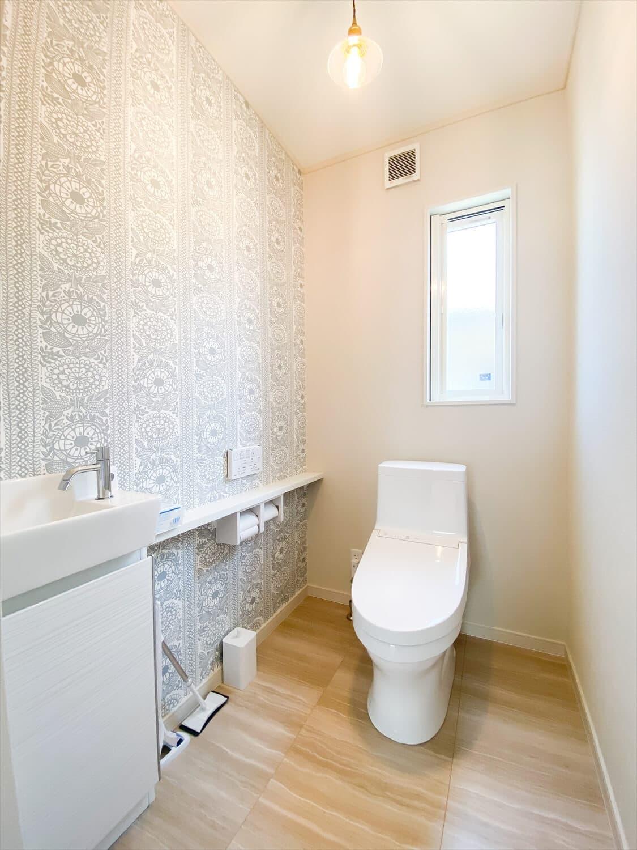 ヒバ無垢材の香り満ちるZEH仕様の二階建てのトイレ 水戸市の注文住宅,ログハウスのような木の家を低価格で建てるならエイ・ワン