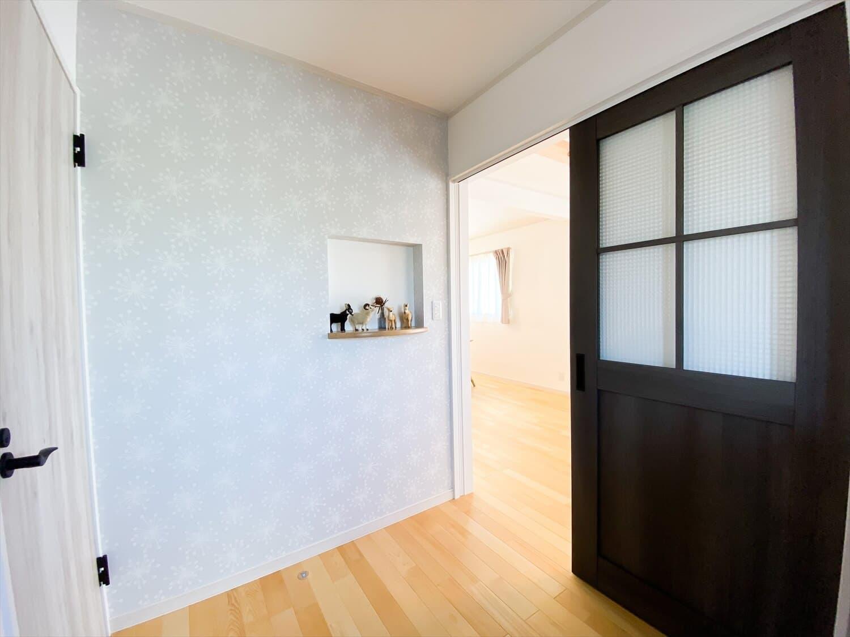 ヒバ無垢材の香り満ちるZEH仕様の二階建ての玄関ニッチ 水戸市の注文住宅,ログハウスのような木の家を低価格で建てるならエイ・ワン