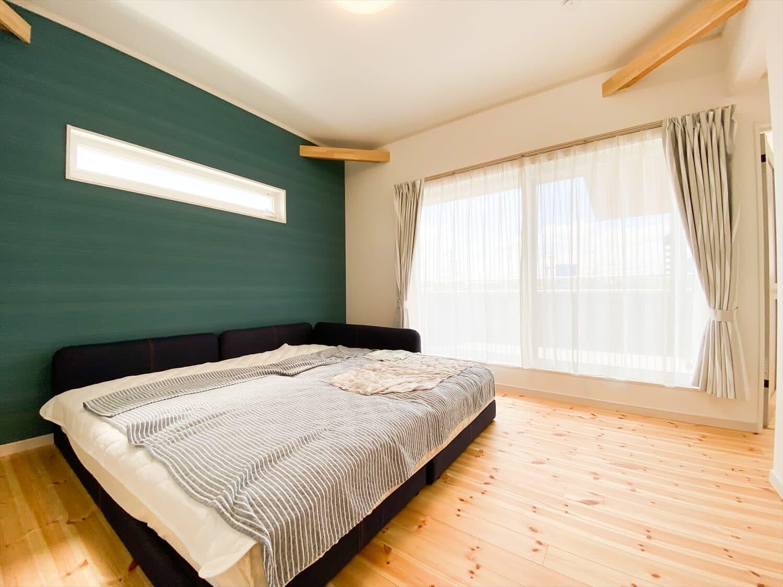 ヒバ無垢材の香り満ちるZEH仕様の二階建ての寝室 水戸市の注文住宅,ログハウスのような木の家を低価格で建てるならエイ・ワン