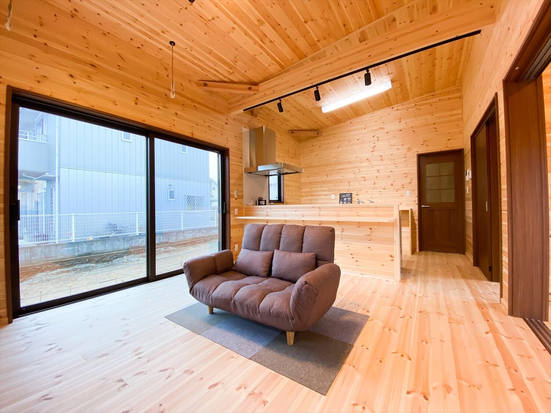 両開き玄関ドア+広々土間スペースのログハウス風平屋のLDK 取手市の注文住宅,ログハウスのような木の家を低価格で建てるならエイ・ワン