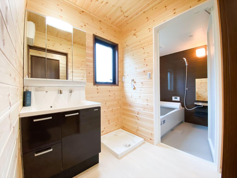 両開き玄関ドア+広々土間スペースのログハウス風平屋の洗面脱衣室 取手市の注文住宅,ログハウスのような木の家を低価格で建てるならエイ・ワン