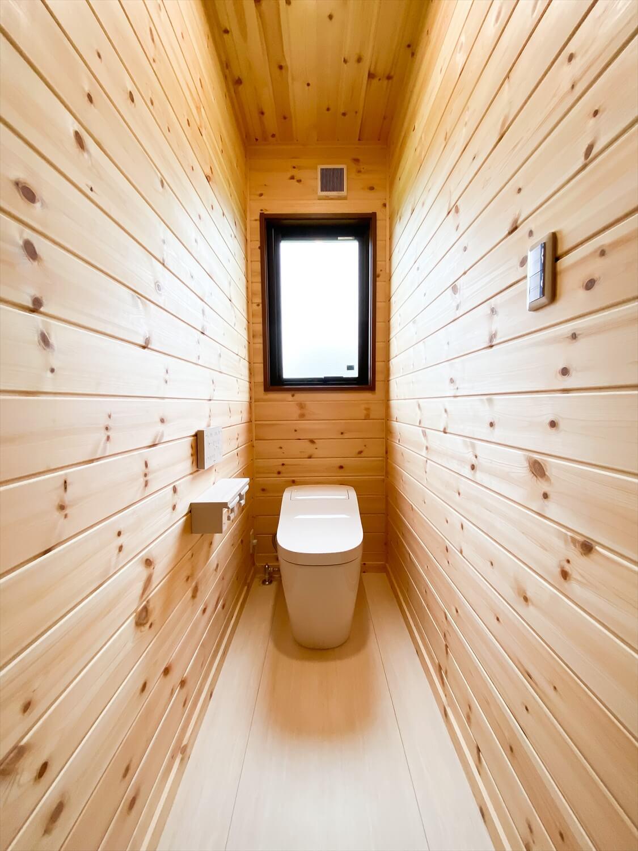 両開き玄関ドア+広々土間スペースのログハウス風平屋のトイレ 取手市の注文住宅,ログハウスのような木の家を低価格で建てるならエイ・ワン